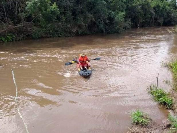 Bombeiros durante buscas no Rio Piratini (Foto: divulgação/Corpo de Bombeiros)