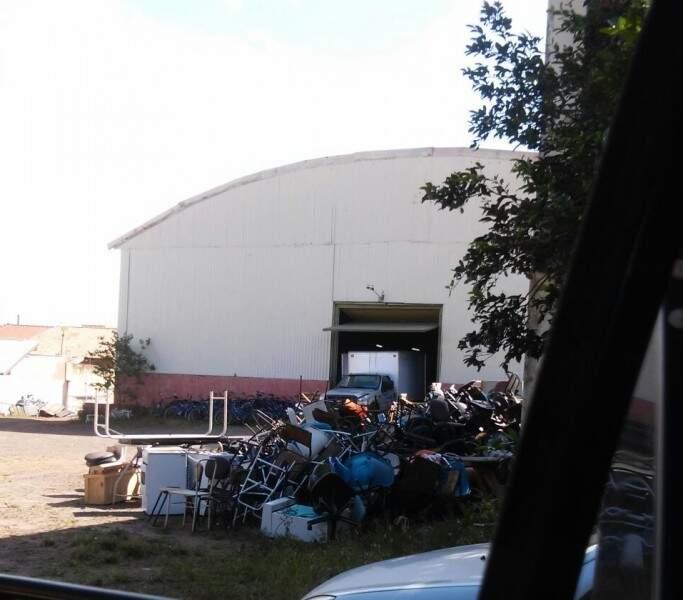 Bicicletas estão amontoadas nos fundos de galpão. (Foto: Repórter News)