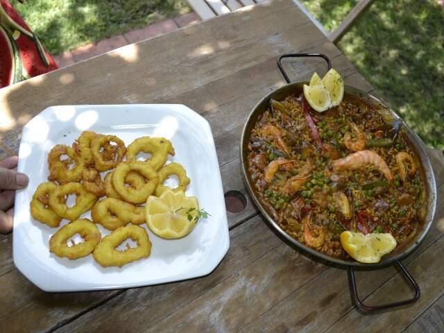 Lula de petisco e a paella como prato principal.
