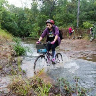 """A bicicleta de """"cestinha"""" de Thaíse deu conta da travessia. (Foto: Antonio Arguello)"""