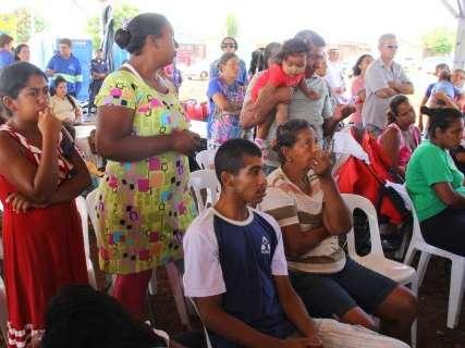 """""""Quem não está satisfeito levante a mão"""", diz prefeito em nova favela"""