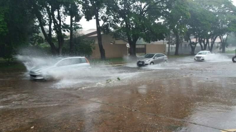 Na Rua dos Andradas carros também se arriscaram em meio a água acumulada na pista (Foto: Direto das Ruas)