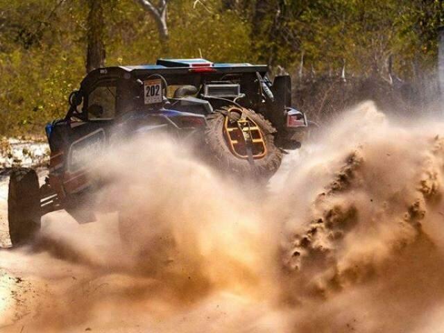 Carro levanta poeira em etapa do Rally dos Sertões (Foto: Divulgação)
