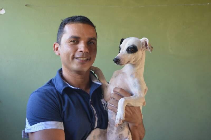 Marivaldo e um dos cachorros filhos de Lindo. (Foto: Thailla Torres)