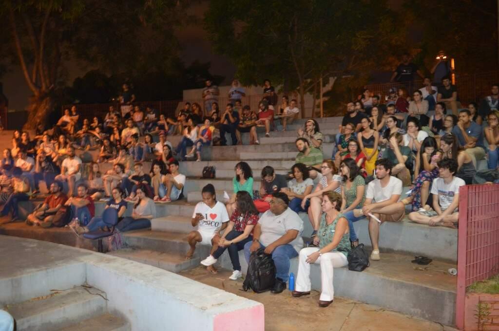 Lugar ficou cheio, apesar de a princípio ser destinado só a estudantes. (Foto: Thaís Pimenta)