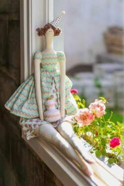 """Os modelos de produção das bonecas """"Tildas"""" sempre serviram de inspiração para a artesã. (Foto: Fernando Antunes)"""
