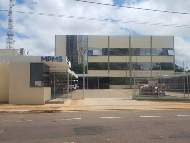 Prédio do MPMS onde funcionam as promotorias de Patrimônio Público; resolução abre possibilidade para promotores atuarem, com aval da PGJ, em casos contra autoridades estaduais. (Foto: MPMS/Divulgação)