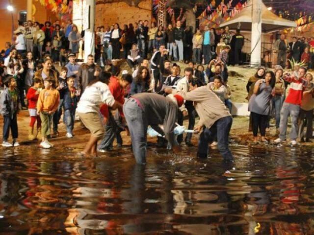 Fiéis se molham no Porto Geral de Corumbá durante o banho de São João (Foto: Prefeitura de Corumbá)