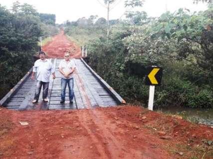 Ponte que estava caindo é reconstruída em estrada entre assentamentos