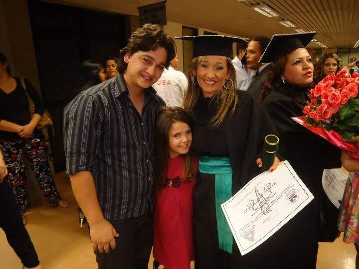Marília, a mãezona que deixou saudades, e Eduardo, na colação de grau de Serviço Social, segunda faculdade dela.  (Foto: Acervo Pessoal)