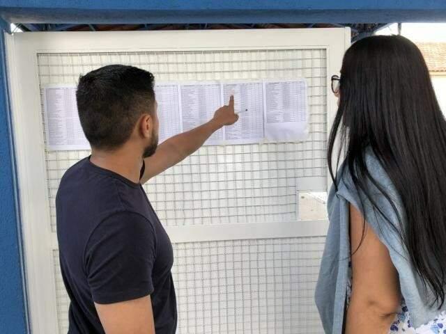 Candidatos observam distribuição de salas antes de entrar para aplicação da prova (Foto: Jones Mário)
