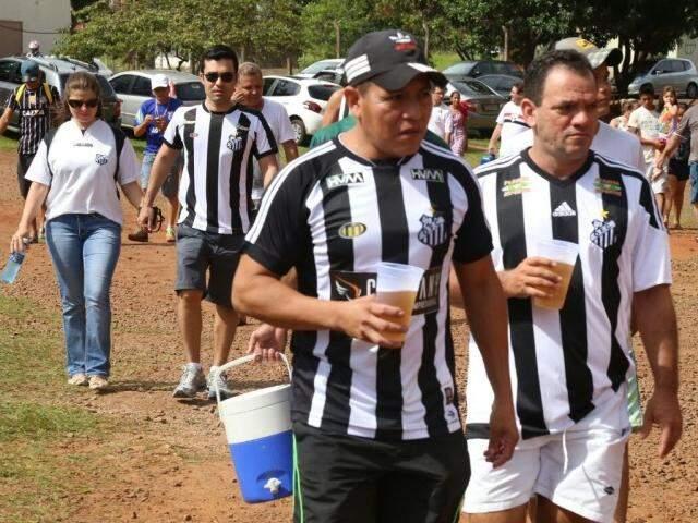 Torcedores chegam ao estádio para ajudar a equipe (Foto: Marcos Ermínio)