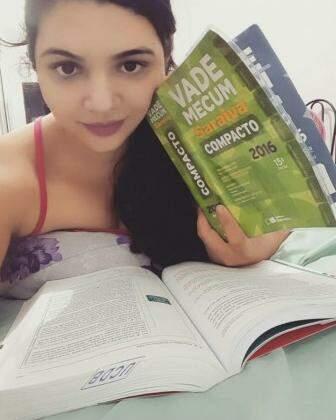 Estudando num sábado à noite, mas fazendo o que gosta.