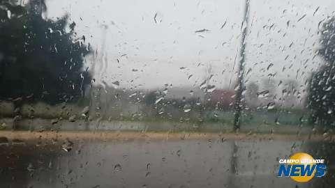 Chuva esvazia as ruas, alivia o calorão e pode permanecer até o meio da semana