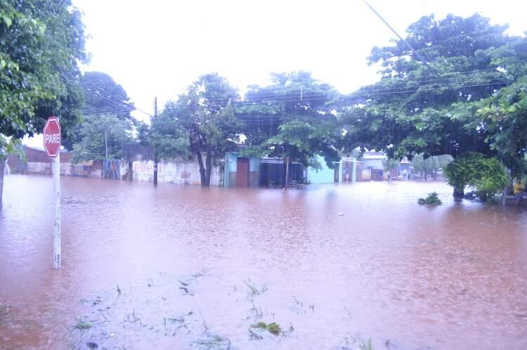 Rua foi tomada pela chuva.