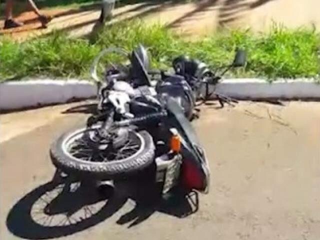 Moto caída na avenida (Foto: Reprodução)