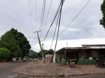 Motorista de caminhão derruba poste, foge e deixa HU sem energia