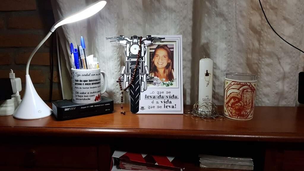 No porta-retratos que daria ao pai, está a foto de Manuela em cima da escrivaninha sendo iluminada por uma luminária (Foto: Arquivo pessoal)