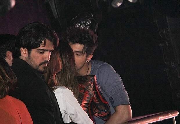 Luan com a namorada em boate, em setembro. (Foto: Revista Quem)