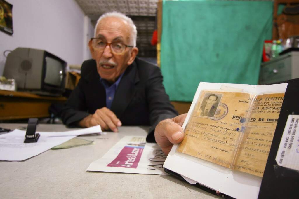 Altivo mostra um dos documentos que provam a função como juiz eleitoral.