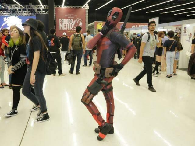 Teve fantasia do anti-herói Deadpool (Foto: Kisie Ainoã)