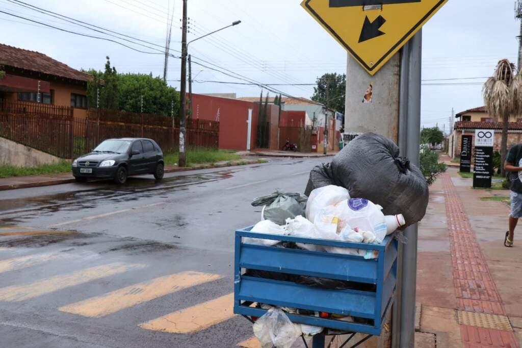 Lixeira no Bairro Coophasul lotada de sacos com lixo (Foto: Henrique Kawaminami)