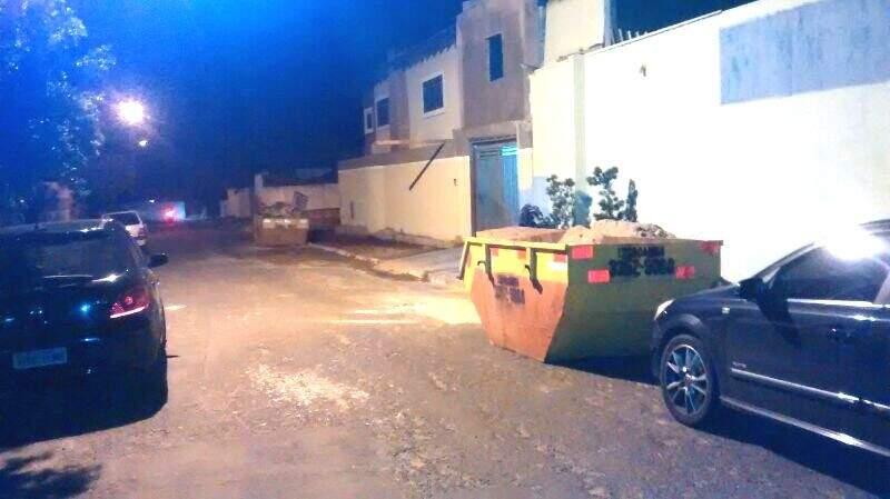 Moradores reclamam que possuem dificuldade de entrar nas garagens. (Foto: WhatsApp)