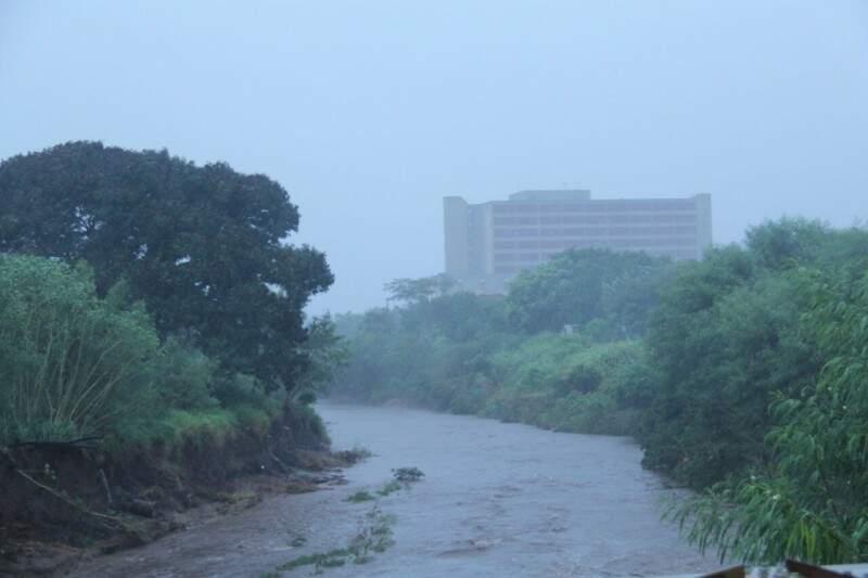 Volume do Rio Anhanduí subiu devido à chuva que caiu às 13 horas. (Foto: Alan Nantes)