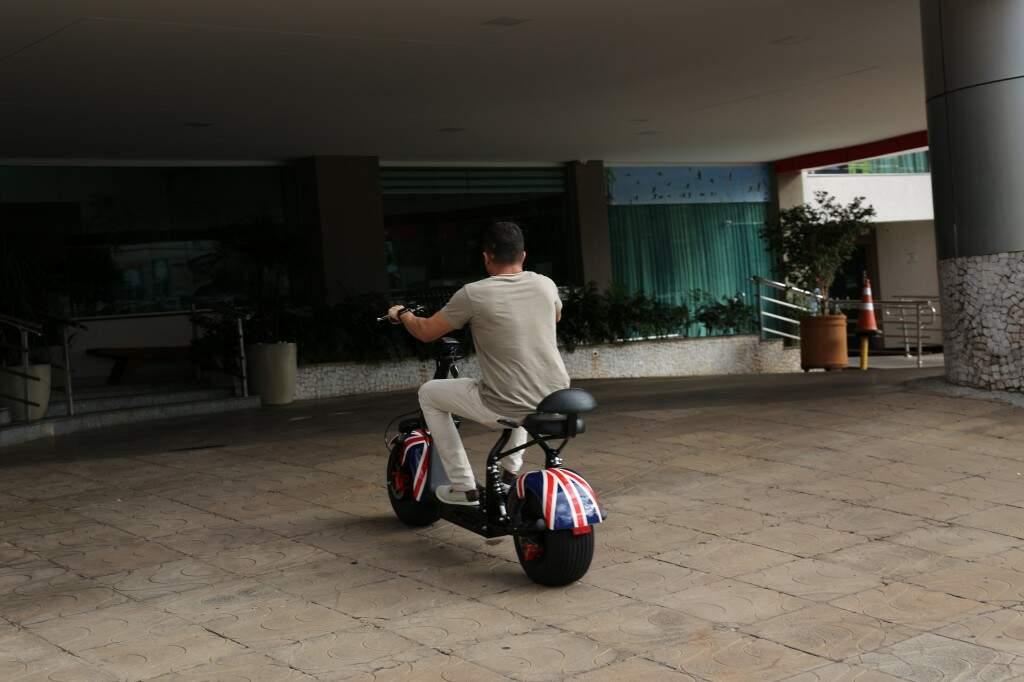 Rogério usa o patinete para no trabalho (Foto: Paulo Francis)