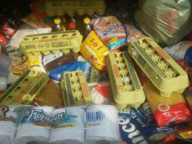 Manifestantes entregaram alimentos recebidos da população para duas entidades e deram fim ao protesto em Batayporã. (Foto: Jornal da Nova)