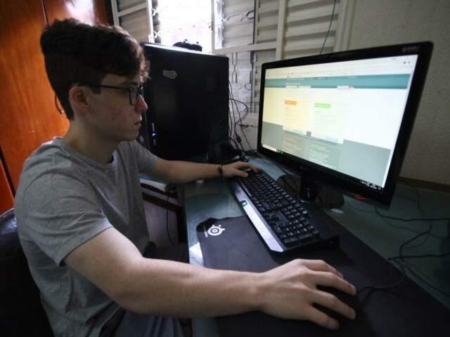 Raphael Oliveira monitora as notas de corte do Sisu; prazo encerra nesta sexta-feira (Foto: Saul Schramm)