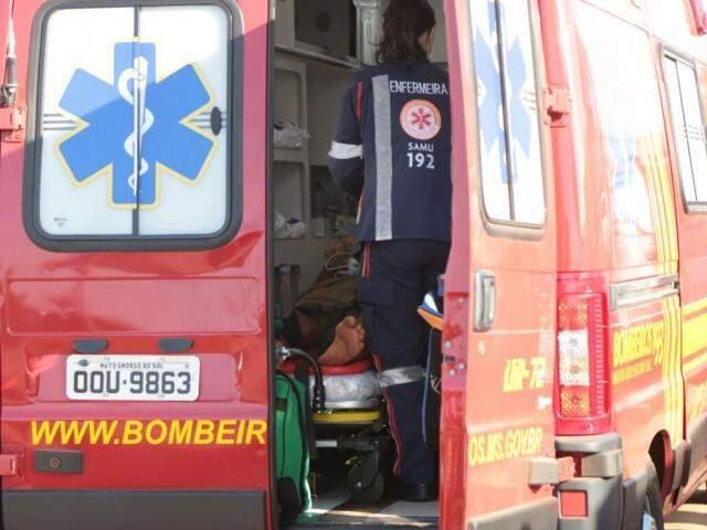Momento em que a vítima recebia os primeiros atendimentos do bombeiro e Samu (Foto: Fernando Antunes)