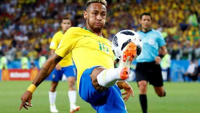 A cara de Neymar ao tentar dominar uma bola. O primeiro tempo foi difícil, mas deu Brasil