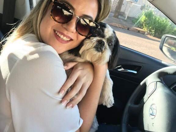 Thaís Takinowa com a cachorrinha Melly (Foto: Direto das ruas)