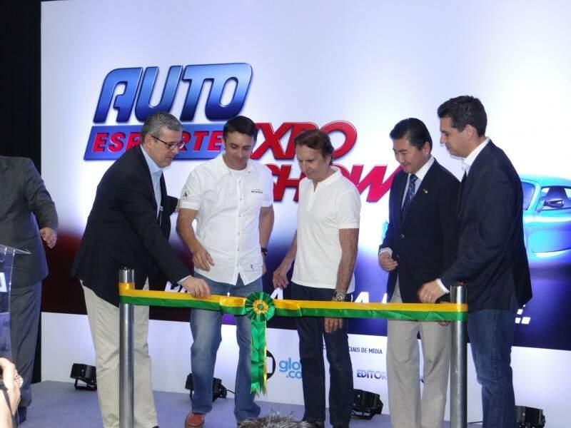 Desfile de carros marca o primeiro dia do Auto Esporte Expo Show