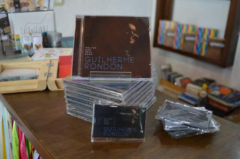 Disco e pen card estão a venda em Campo Grande (Foto: Naiane Mesquita)