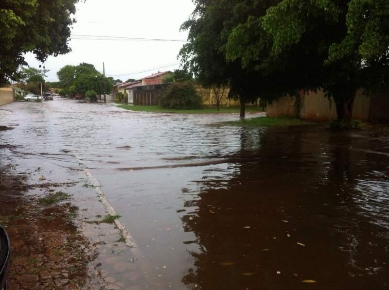 A água que acumula alaga algumas casas em rua do bairro Coophatrabalho.(Foto:Repórter News)