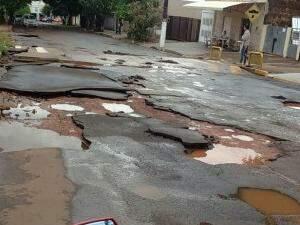 O asfalto ficou totalmente danificado na rua, que é linha de ônibus. (Foto: Direto das Ruas)