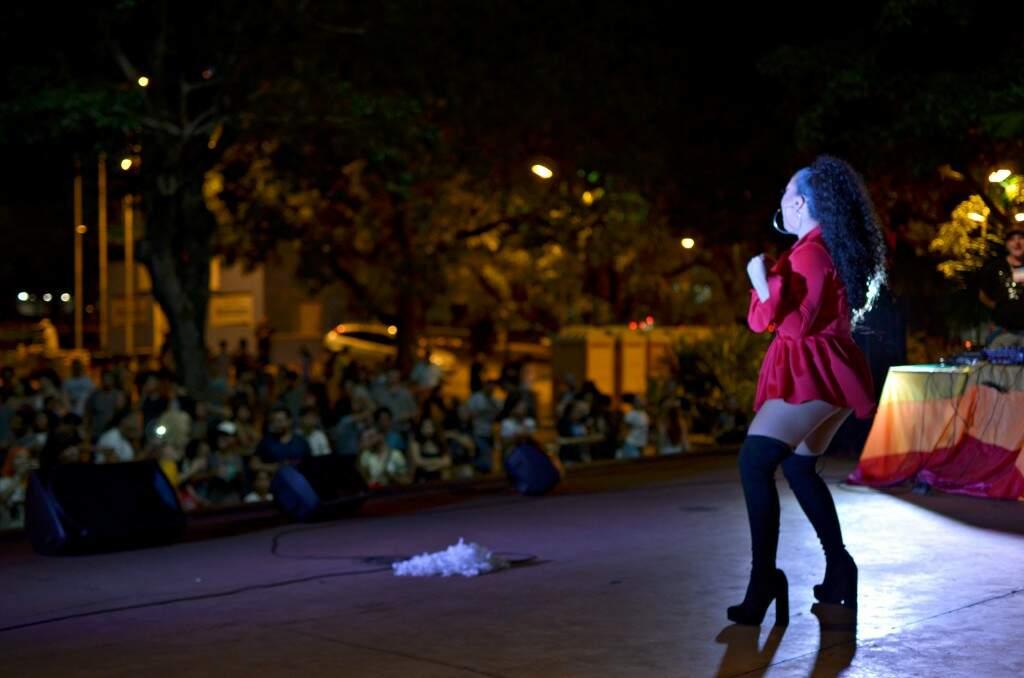 Drag Queens agitaram o público na concha acústica da Praça do Rádio Clube. (Foto: Gustavo Maia)