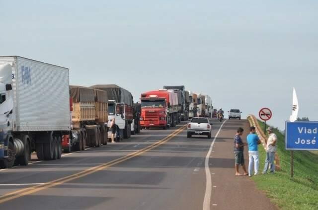 Caminhões parados nas estradas de MS. Segunda-feira haverá adesão à paralisação nas garagens. (Foto: André Bittar/Arquivo)