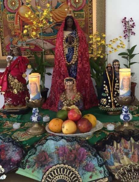 Imagem da santa e decoração típica (Foto: Divulgação)