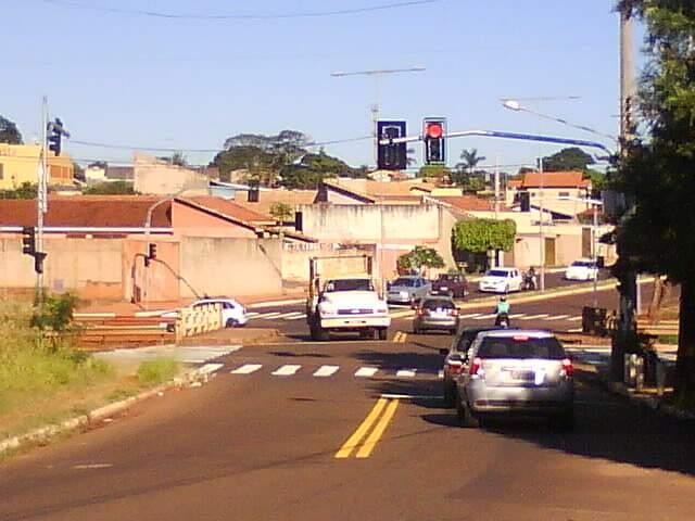 Semáforo recém instalado no cruzamento da avenida com a rua Eça de Queiroz, no bairro Cabreúva