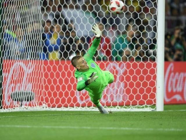 Pickford faz defesa no chute de Bacca que garantiu a classificação da Inglaterra (Foto: Fifa/Divulgação)