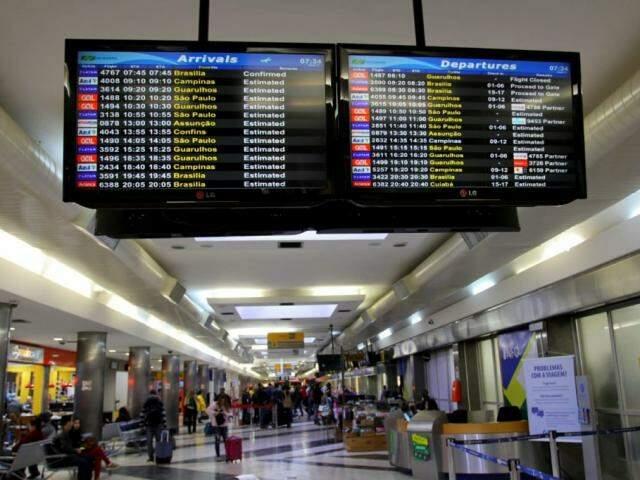Painel mostra chegadas e partidas no Aeroporto Internacional de Campo Grande. (Foto: Saul Schramm).