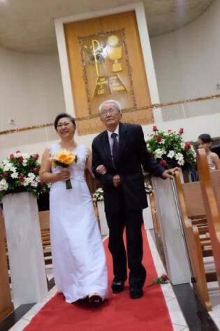Levada pelo pai de 85 anos até o altar, ela se casou com seu grande amor. (Foto: Arquivo Pessoal)
