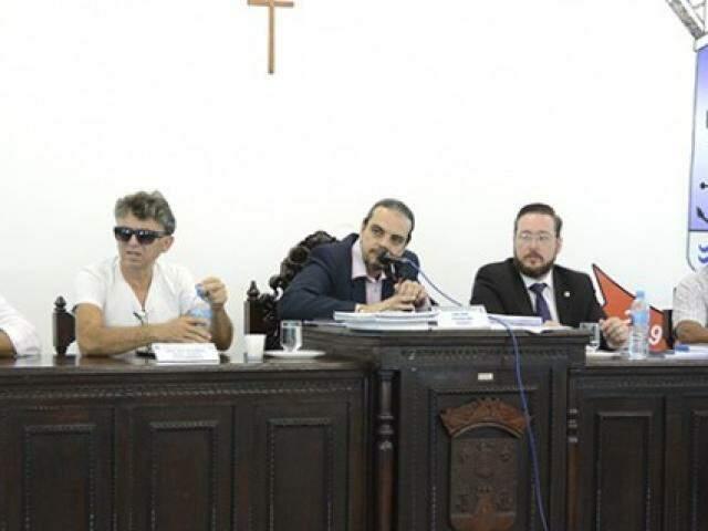 Benzi (ao centro) confirmou que Caffaro e Guimarães terão mais tempo para sua defesa. (Foto: Anderson Gallo/Diário Corumbaense)
