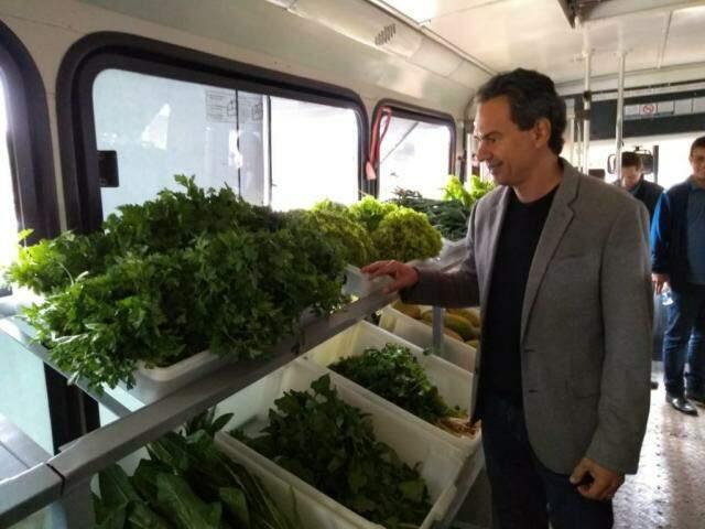 Prefeito Marquinhos Trad (PSD) vistoria ônibus que comercializará produtos de assentamentos na Capital (Foto: Kleber Clajus)