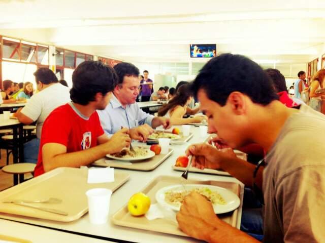 Vander durante almoço na UFMS com estudantes. (Foto: divulgação)