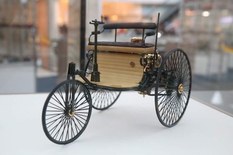 Miniatura do primeiro veículo fabricado no mundo. (Foto Fernando Antunes)