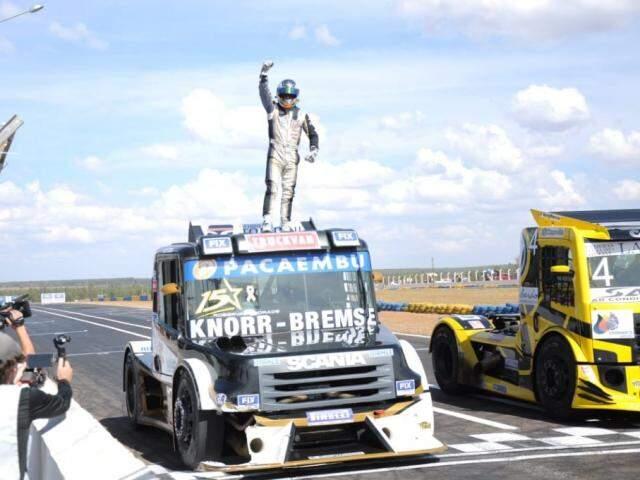 Roberval Andrade celebra vitória em cima do caminhão na etapa de Campo Grande (Foto: Paulo Francis)